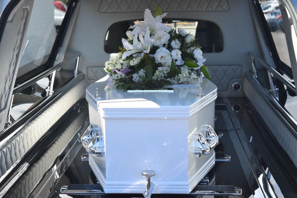 image cercueil blanc dans corbillard